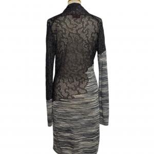 שמלת שרוול ארוך מבד טיפה רשתי בחלק העליון בצבע אפור כסוף. בחלק התחתון מבד פסים בגוונים של אפור. צווארון פתוח v missoni 4