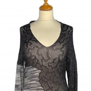 שמלת שרוול ארוך מבד טיפה רשתי בחלק העליון בצבע אפור כסוף. בחלק התחתון מבד פסים בגוונים של אפור. צווארון פתוח v missoni 3