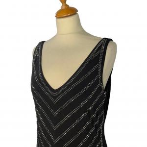 שמלה ללא שרוולים שחורה עם פייטים כסופים בדוגמאת חץ מטה calvin lein 2