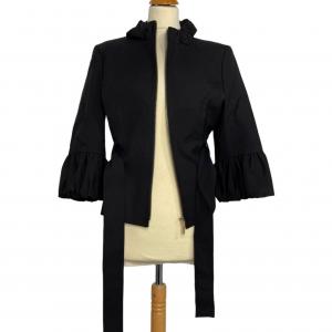 ג׳קט שחור מלמלה בשרוול וצווארון. רוכסן זהב וחגורת קשירה שחורה כריות בכתפיים albert nipon 2