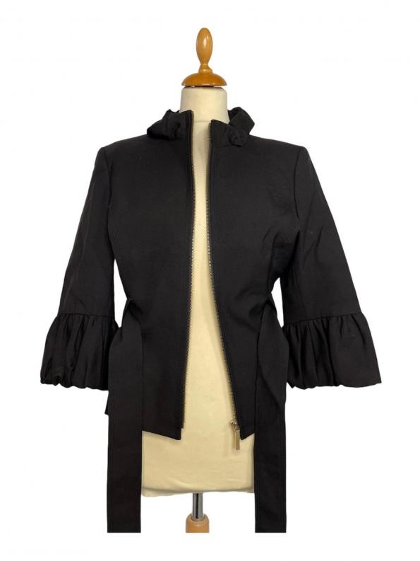 ג׳קט שחור מלמלה בשרוול וצווארון. רוכסן זהב וחגורת קשירה שחורה כריות בכתפיים albert nipon 1