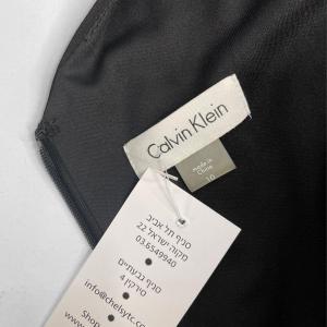 שמלה ללא שרוולים שחורה עם פייטים כסופים בדוגמאת חץ מטה calvin lein 3