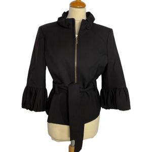 ג׳קט שחור מלמלה בשרוול וצווארון. רוכסן זהב וחגורת קשירה שחורה כריות בכתפיים albert nipon 3