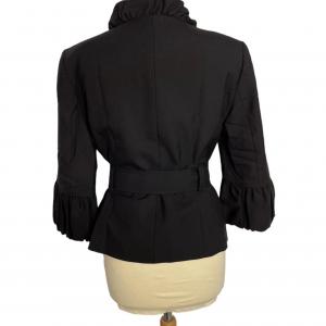 ג׳קט שחור מלמלה בשרוול וצווארון. רוכסן זהב וחגורת קשירה שחורה כריות בכתפיים albert nipon 4