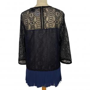 חולצת תחרה שחורה עם פליסה כחול armani 2
