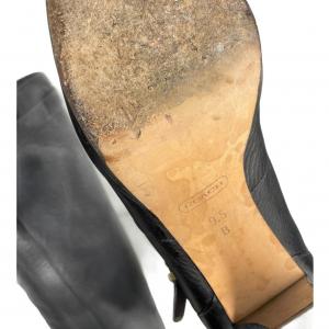 מגף עד הברך בצבע שחור עם עקב ואבזם זהב 4