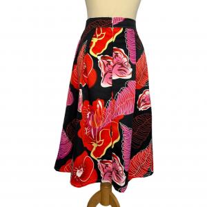 חצאית קפלים כחולה כהה עם עלים באדום ורוד 4