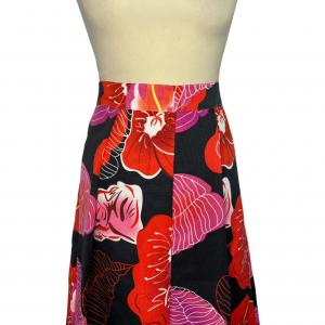 חצאית קפלים כחולה כהה עם עלים באדום ורוד 3